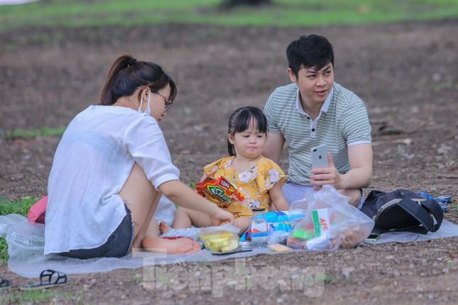 Đổ xô tới công viên Yên Sở cắm trại, nhiều người quên đeo khẩu trang ảnh 8