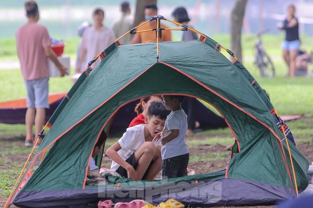 Đổ xô tới công viên Yên Sở cắm trại, nhiều người quên đeo khẩu trang ảnh 9