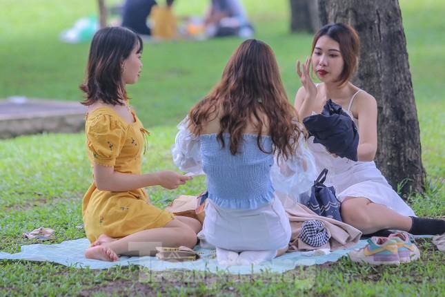Đổ xô tới công viên Yên Sở cắm trại, nhiều người quên đeo khẩu trang ảnh 10