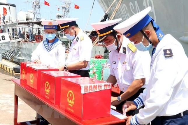 Tổ chức bầu cử sớm cho những người làm việc dài ngày trên biển ảnh 3