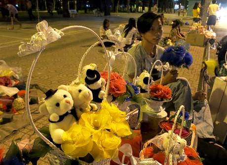 Hoa Valentine của sinh viên tự chế tung hoành đường phố ảnh 1