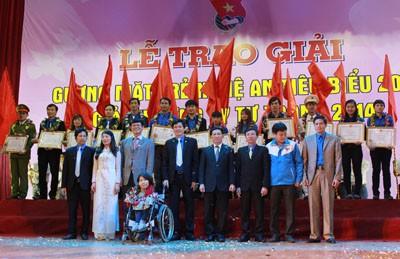 Em gái 'hiệp sỹ CNTT' Nguyễn Công Hùng là Gương mặt trẻ Nghệ An tiêu biểu 2013 ảnh 1