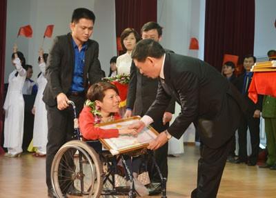 Em gái 'hiệp sỹ CNTT' Nguyễn Công Hùng là Gương mặt trẻ Nghệ An tiêu biểu 2013 ảnh 2