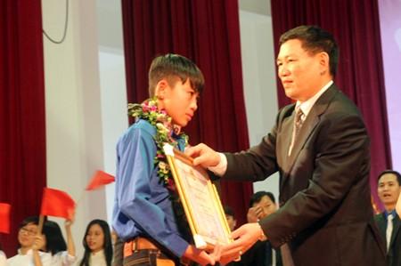 Em gái 'hiệp sỹ CNTT' Nguyễn Công Hùng là Gương mặt trẻ Nghệ An tiêu biểu 2013 ảnh 3