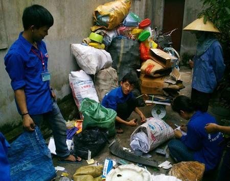 Khi sinh viên làm từ thiện bằng...nhặt rác ảnh 1
