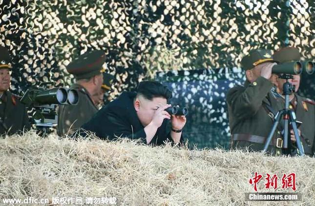 [ẢNH] Ông Kim Jong-un thị sát tập trận đánh chìm tàu sân bay ảnh 1