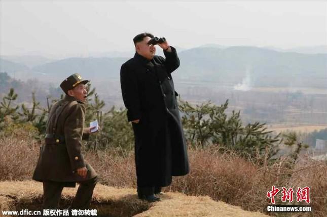 [ẢNH] Ông Kim Jong-un thị sát tập trận đánh chìm tàu sân bay ảnh 2
