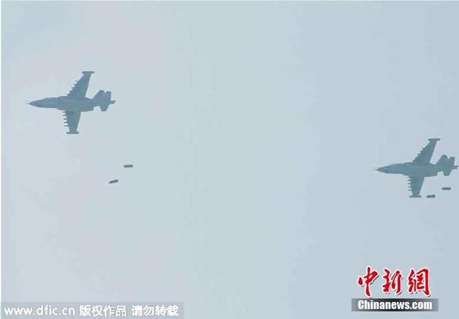 [ẢNH] Ông Kim Jong-un thị sát tập trận đánh chìm tàu sân bay ảnh 3