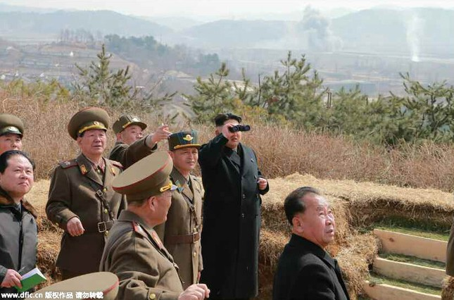 [ẢNH] Ông Kim Jong-un thị sát tập trận đánh chìm tàu sân bay ảnh 4
