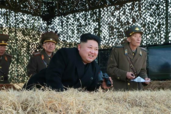 [ẢNH] Ông Kim Jong-un thị sát tập trận đánh chìm tàu sân bay ảnh 7