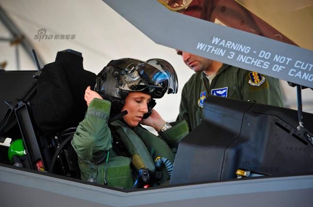 [ẢNH] Nhìn gần nữ phi công Mỹ đầu tiên lái tiêm kích F35 ảnh 2