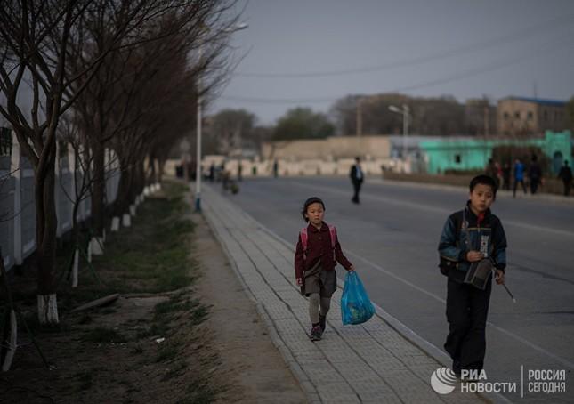 Người dân Triều Tiên bình thản giữa những cơn sóng dữ ảnh 8
