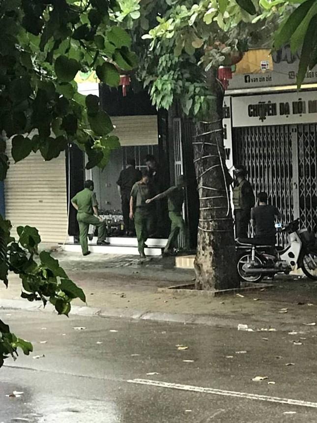 Gần 100 cảnh sát bao vây đối tượng mang hàng nóng tử thủ ảnh 5