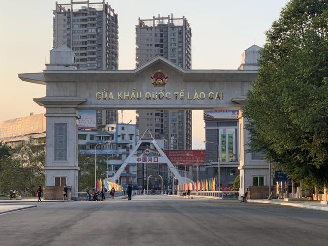 Kiểm tra thân nhiệt tất cả khách xuất nhập cảnh qua cửa khẩu Lào Cai ảnh 1