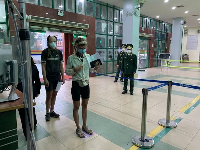 Kiểm tra thân nhiệt tất cả khách xuất nhập cảnh qua cửa khẩu Lào Cai ảnh 2