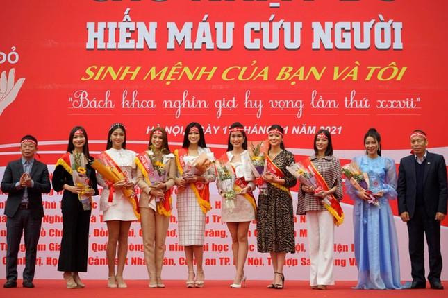 Hoa hậu Đỗ Thị Hà phấn khích cổ vũ hết mình rapper Rica ảnh 2