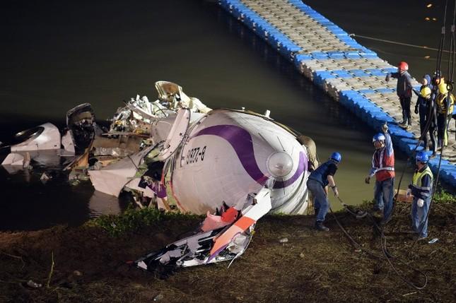 Máy bay Đài Loan cháy động cơ trước khi rơi xuống sông ảnh 12