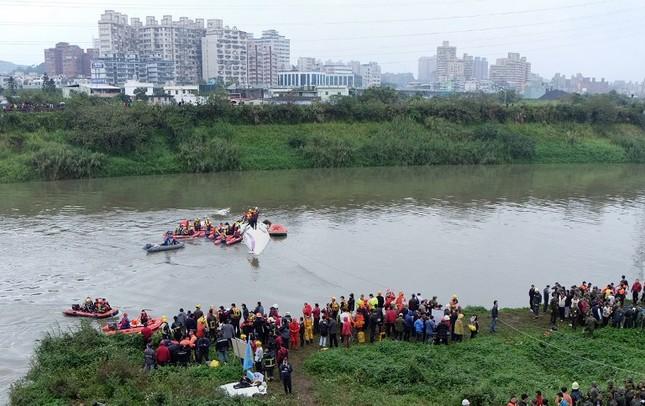 Máy bay Đài Loan cháy động cơ trước khi rơi xuống sông ảnh 6