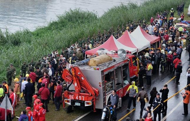 Máy bay Đài Loan cháy động cơ trước khi rơi xuống sông ảnh 7