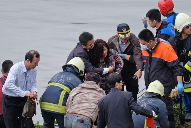 Máy bay Đài Loan cháy động cơ trước khi rơi xuống sông ảnh 9