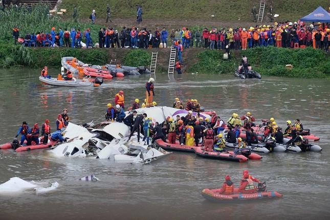 Máy bay Đài Loan cháy động cơ trước khi rơi xuống sông ảnh 11