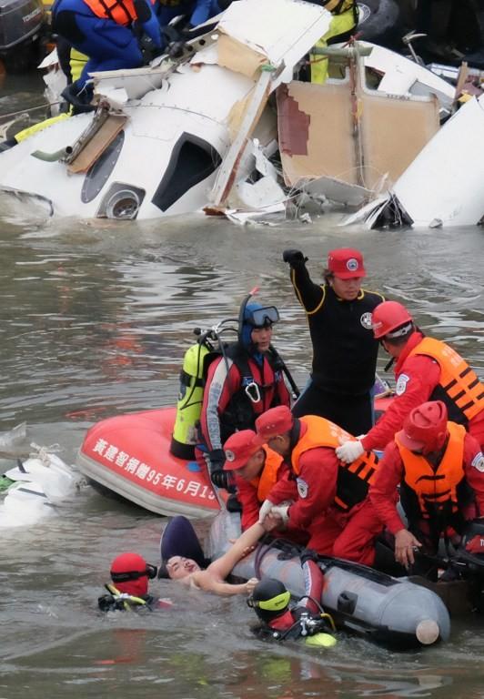 Máy bay Đài Loan cháy động cơ trước khi rơi xuống sông ảnh 1