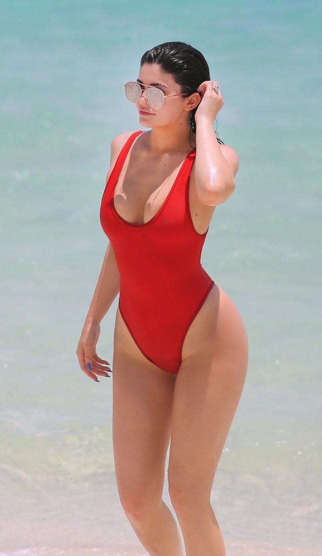 Kylie Jenner quá sexy, không ngừng tình tứ với bạn trai trên biển ảnh 2