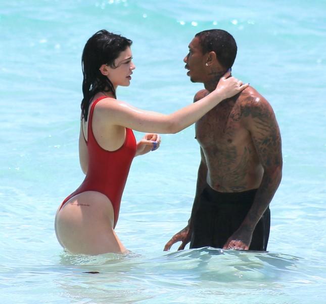Kylie Jenner quá sexy, không ngừng tình tứ với bạn trai trên biển ảnh 7