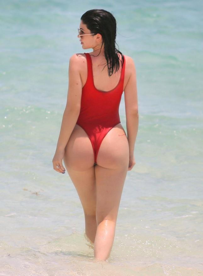 Kylie Jenner quá sexy, không ngừng tình tứ với bạn trai trên biển ảnh 10