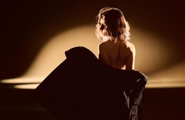 """""""Nàng Lọ Lem"""" Lily James nude táo báo trong clip quảng cáo ảnh 3"""