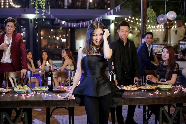 Showbiz 26/1: Ngọc Trinh 'thả thính' các 'người hùng' của U23 Việt Nam ảnh 6