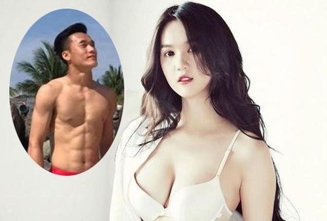 Showbiz 26/1: Ngọc Trinh 'thả thính' các 'người hùng' của U23 Việt Nam ảnh 1