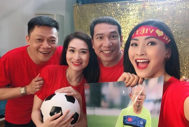 Showbiz 26/1: Ngọc Trinh 'thả thính' các 'người hùng' của U23 Việt Nam ảnh 2