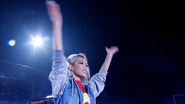 DJ King Lady 'tim muốn bay khỏi lồng ngực' khi chơi mở màn Gala mừng U23 ảnh 1