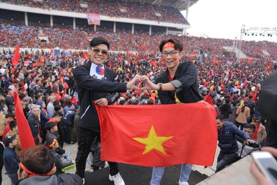 Trung ruồi, Minh tít 'khóc, cười' hết mình với U23 Việt Nam ảnh 2
