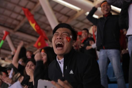 Trung ruồi, Minh tít 'khóc, cười' hết mình với U23 Việt Nam ảnh 5