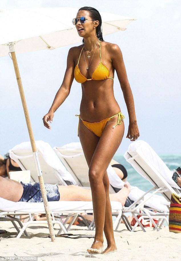 Thiên thần Victoria's Secret khoe 3 vòng 'bốc lửa' trên bãi biển ảnh 2