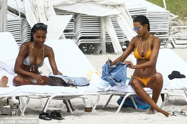 Thiên thần Victoria's Secret khoe 3 vòng 'bốc lửa' trên bãi biển ảnh 3