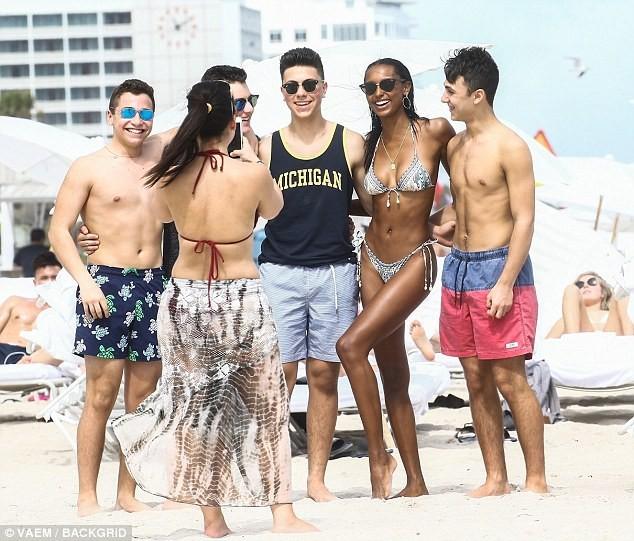 Thiên thần Victoria's Secret khoe 3 vòng 'bốc lửa' trên bãi biển ảnh 4
