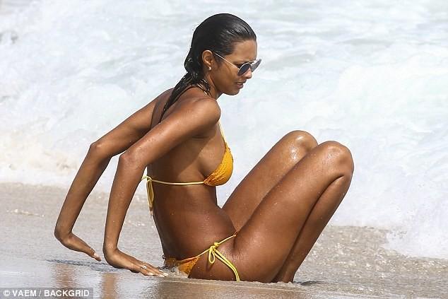 Thiên thần Victoria's Secret khoe 3 vòng 'bốc lửa' trên bãi biển ảnh 7