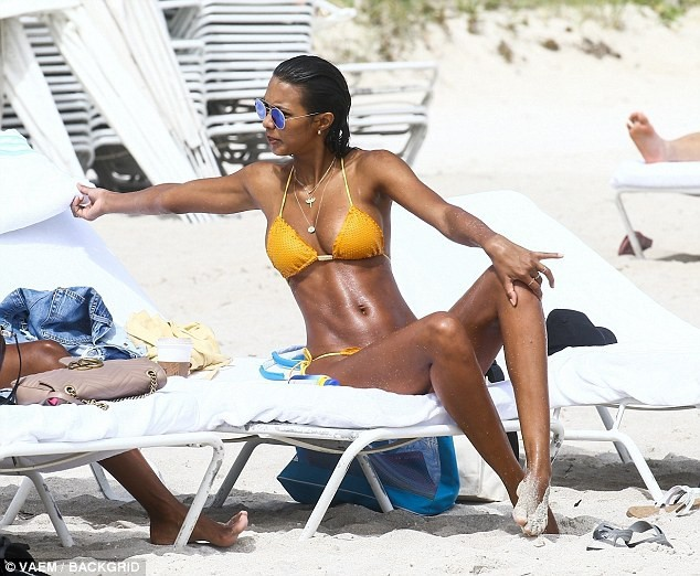 Thiên thần Victoria's Secret khoe 3 vòng 'bốc lửa' trên bãi biển ảnh 8