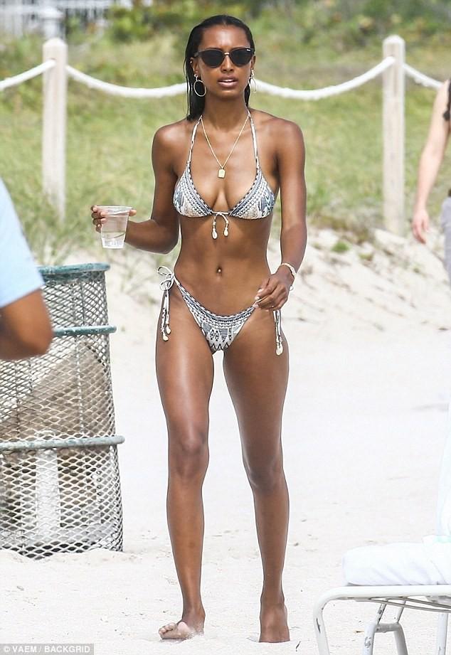 Thiên thần Victoria's Secret khoe 3 vòng 'bốc lửa' trên bãi biển ảnh 9