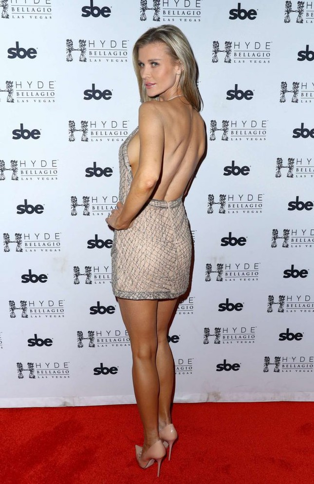 Người mẫu Playboy Joanna Krup diện đầm trễ nải khoe dáng nuột ảnh 3