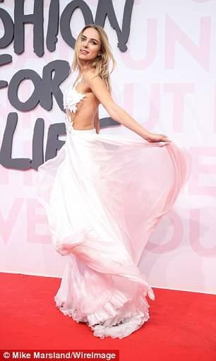 Nàng mẫu nội y diện đầm xuyên thấu, lấp ló vòng 1 quyến rũ ở Cannes ảnh 3