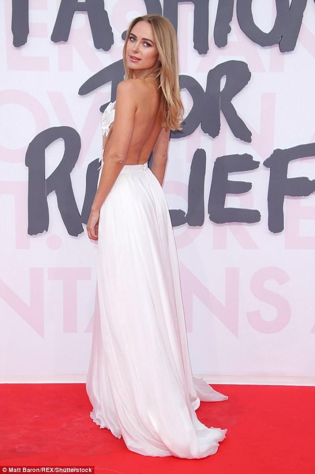 Nàng mẫu nội y diện đầm xuyên thấu, lấp ló vòng 1 quyến rũ ở Cannes ảnh 7