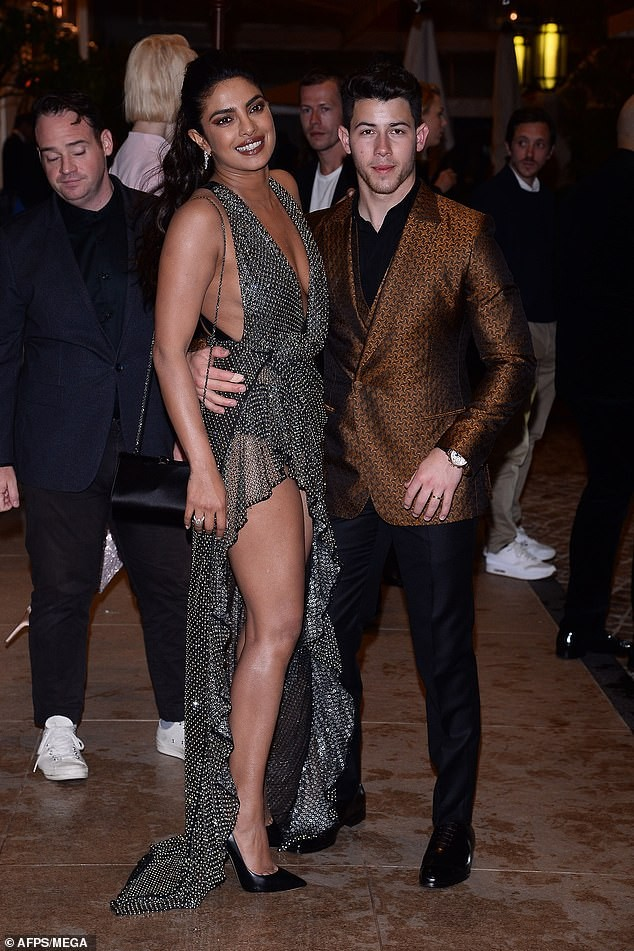 Hoa hậu Priyanka Chopra sexy hết nấc bên chồng trẻ ở Cannes ảnh 1