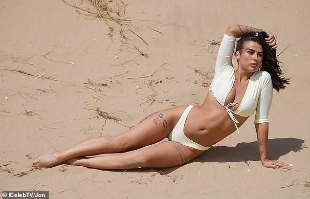 Jenny Thompson thả dáng sexy nảy nở trên biển ảnh 4