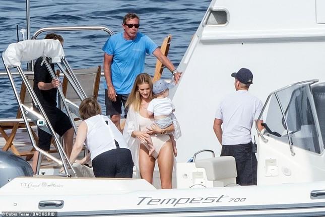 'Người vận chuyển' và bạn gái mặc áo tắm gợi cảm, ôm hôn tình tứ trên du thuyền ảnh 1