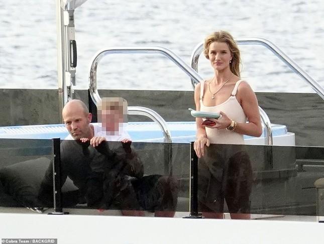 'Người vận chuyển' và bạn gái mặc áo tắm gợi cảm, ôm hôn tình tứ trên du thuyền ảnh 3