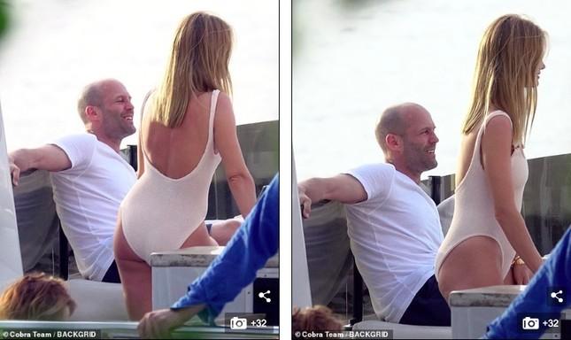 'Người vận chuyển' và bạn gái mặc áo tắm gợi cảm, ôm hôn tình tứ trên du thuyền ảnh 8